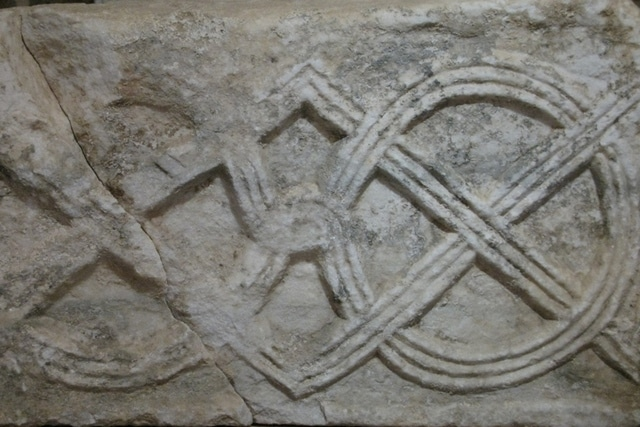 Detalj kamenog ulomka s troprutim pleterom